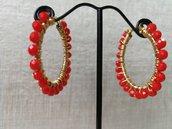 Orecchini moda 2020: piccoli cerchi in acciaio con perline corallo