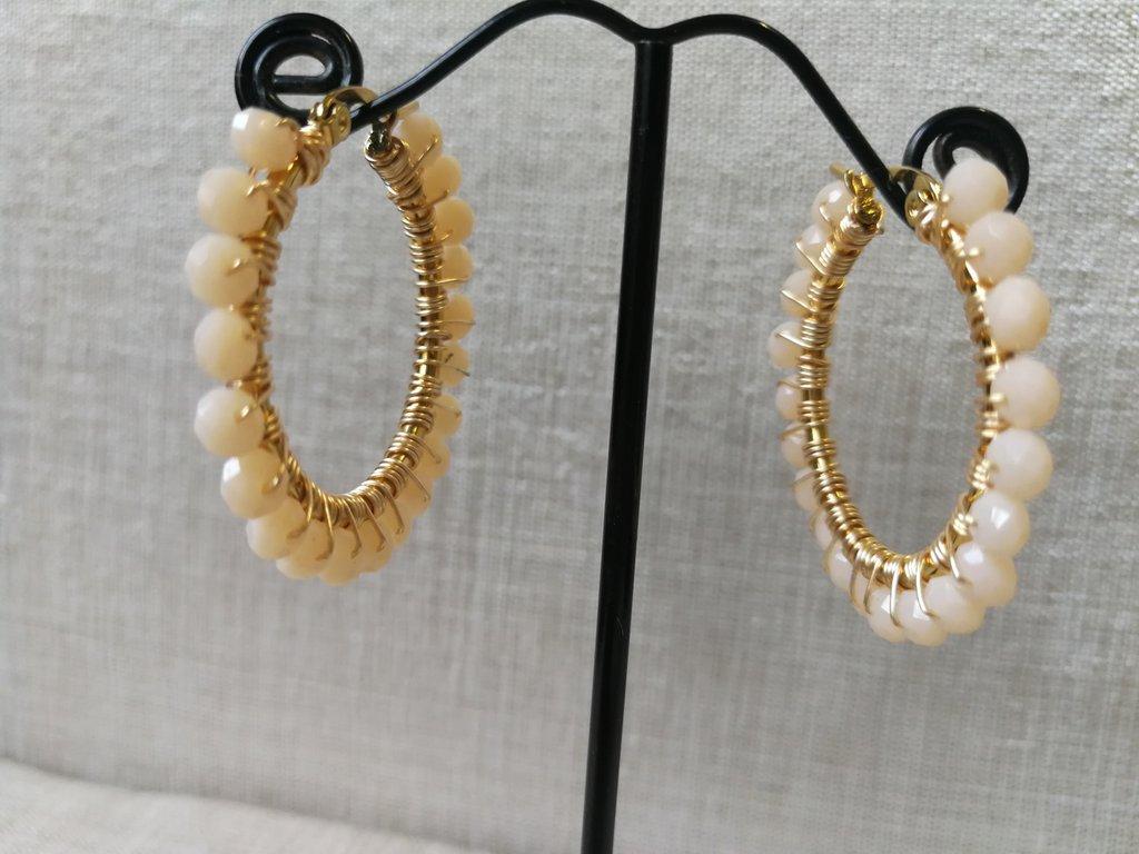 Orecchini moda 2020: piccoli cerchi in acciaio con cristalli pesca