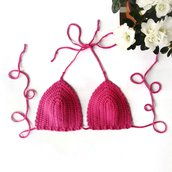 Reggiseno bikini a triangolino in cotone lavorato all'uncinetto. Color rosa lampone.