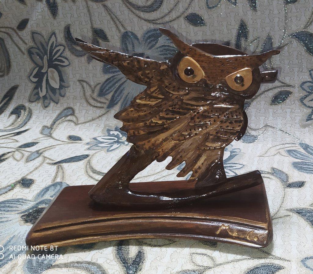 Gufo su ramo scultura scolpita in legno decorato a mano