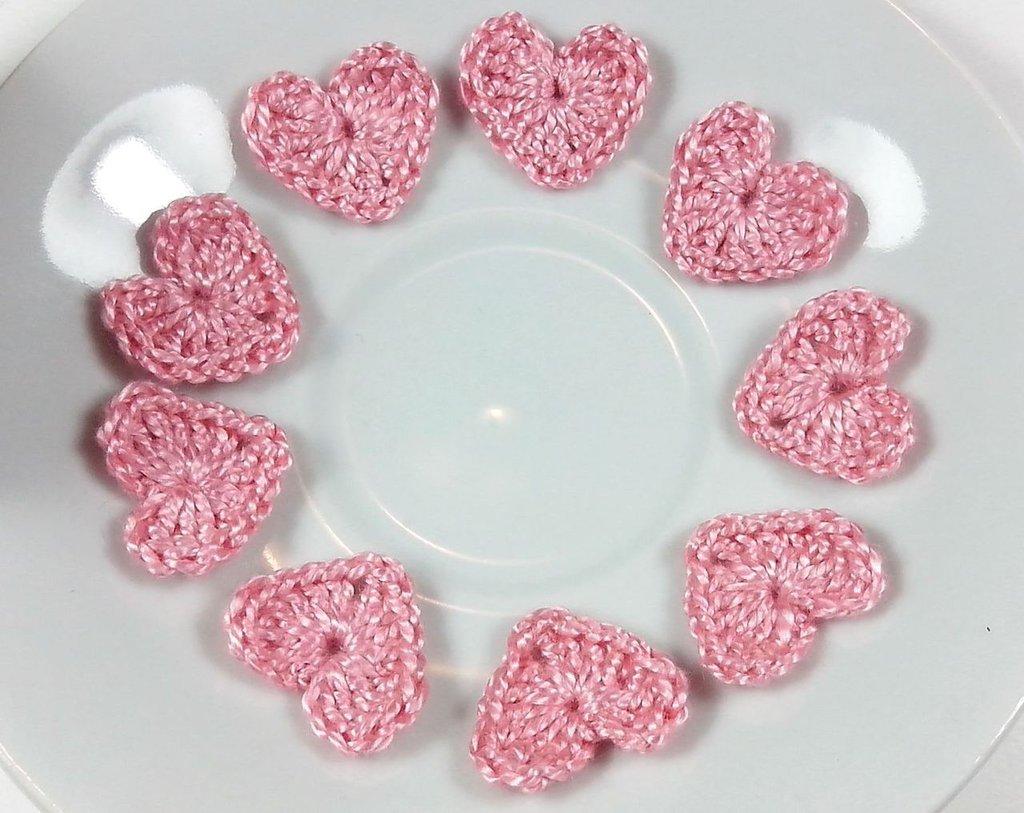 Mini Cuori rosa a uncinetto per applicazioni / Set di 10 cuori.