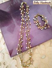 Set di collana e bracciale realizzato ad uncinetto con perline bianche e rosa