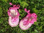 Sandali neonata / infradito cotone fucsia con farfalla rosa fatti all'uncinetto
