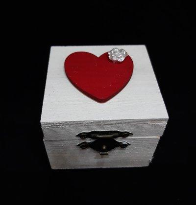 Scatolina in legno con cuore rosso e rosellina