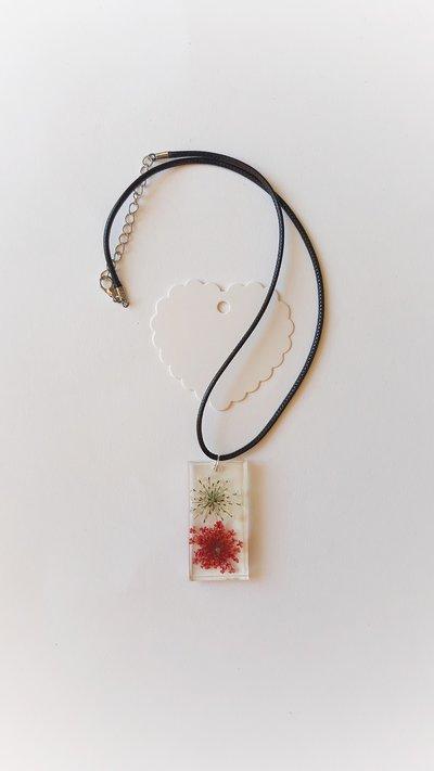 Collana con ciondolo in resina  con fiorellini rossi e bianchi