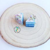 Orecchini con torta a strati blu in fimo fatti a mano