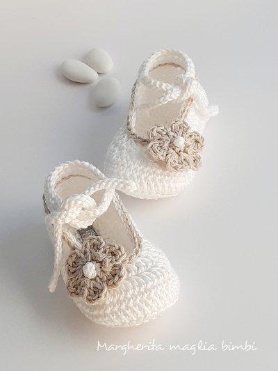 Scarpine bianche neonata/bambina con bordo e fiore ecru - Battesimo