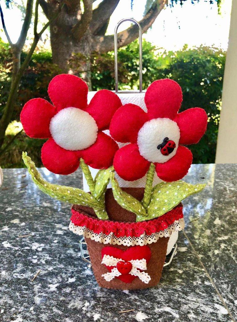 Porta rotolo carta da cucina con vaso di fiori di feltro