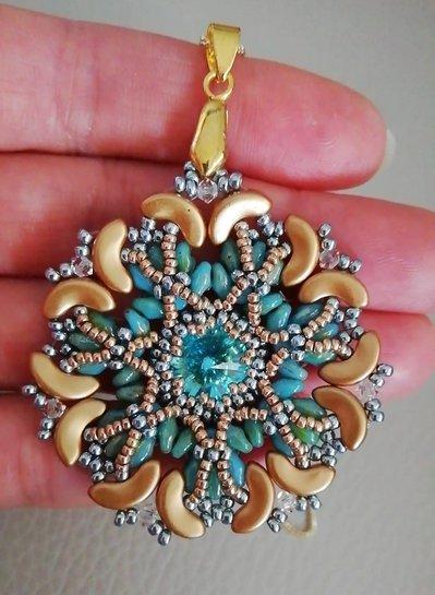 Collana con ciondolo azzurro/oro