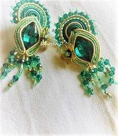 """""""Assenzio"""" orecchini a lobo verdi e beige con cristalli, lavorati a soutache"""