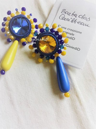 "Orecchini a lobo con cristalli gialli e blu ""Barbados Caribbean"", a soutache"