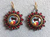 Orecchini con cabochon decorato con piccola gheisha