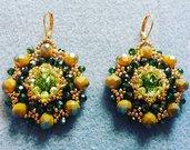 Orecchini di cristallo color senape e verde prato