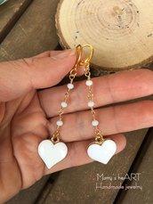 Orecchini pendenti con catenella a rosario e ciondoli smaltati a cuore