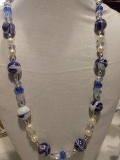 collana blu con vetri