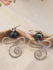 Orecchini pendenti in alluminio battuto con perle in ceramica greca artigianali e monachelle in acciaio