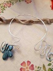 Collana girocollo semirigida modellabile in alluminio battuto e fiore in ceramica greca artigianale