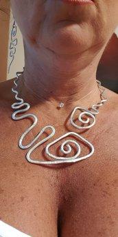 Collana girocollo semirigida modellabile in alluminio battuto