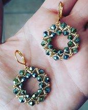 Orecchini con cristalli verde oliva