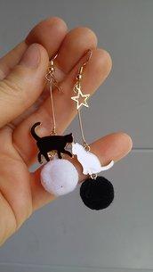orecchini gatto pendenti pon pon bianco nero regalo gattara