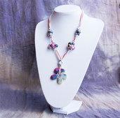 Collana media lunghezza con fiore in ceramica fili e perline