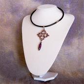 Girocollo in pelle con pendente in tessitura di perline malva