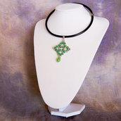 Collarino in pelle con pendente in tessitura di perline verde