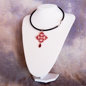 Girocollo in pelle con pendente in tessitura di perline rosso