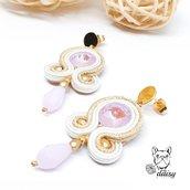 Orecchini soutache rosa e oro a perno - gioielli artigianali con perline e cristalli