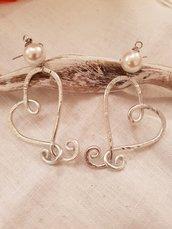 Orecchini cuore in alluminio battuto e perle