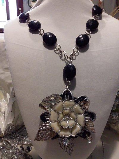 collana nera e bianca