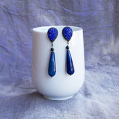Orecchini blu pendenti, con perno in metallo e goccia in agata