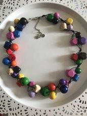 Collana con perle in legno colorate.