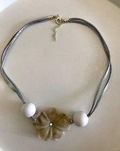 Collana girocollo con fiore in resina color avorio