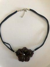 Collana girocollo con fiore in resina di colore marrone