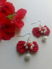 Orecchini rossi a forma di fiocco con cristalli bianchi