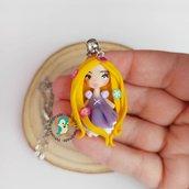 Collana in acciaio inox con bambolina in fimo, fatta a mano, color lilla e giallo