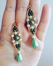Orecchini pendenti di forma allungata verdi