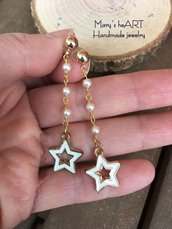 Orecchini pendenti con catenella a rosario e ciondoli smaltati a stella