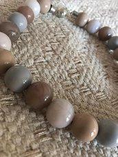 Collana girocollo con perle in resina beige e grigie.