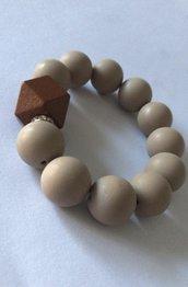 Bracciale elastico  con perle color tortora e inserto in legno