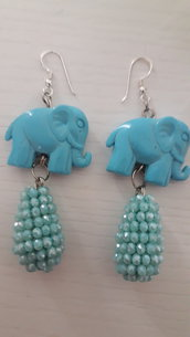 Orecchini pendenti con elefantino in resina azzurro