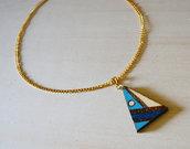Collana con ciondolo pirografato e colorato a mano a triangolo celeste e blu
