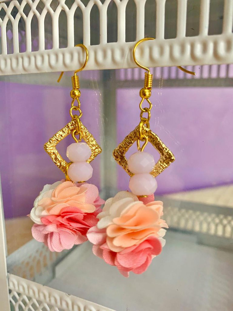 Orecchini pendenti con fiore pon pon rosa e fucsia e perle rosa fatti a mano