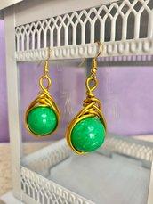 Orecchini pendenti in filo di alluminio oro e perla verde, wire, fatti a mano