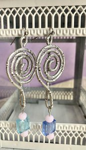 Orecchini pendenti  in filo di alluminio con effetto diamante e perle blu, azzurre e rosa fatti a mano