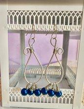 Orecchini pendenti a goccia in filo di alluminio argentato e perle blu fatti a mano