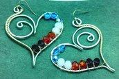 Orecchini pendenti  in filo di alluminio e perle azzurre,  rosa, rosse e viola fatti a mano, cuore wrap