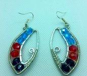 Orecchini pendenti  in filo di alluminio e perle colorate fatti a mano, occhio wrap