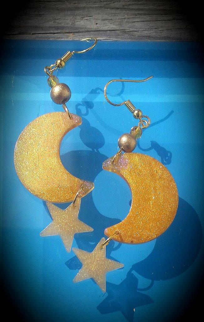 Orecchini pendenti in resina e perle legno fatti a mano - luna e stelle